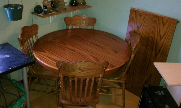 Round dining room table with chairs craigslist curator for Dining room tables craigslist